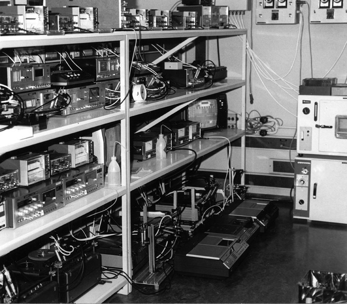 De machines zijn in volle gang bij PD Magnetics in november 1982.
