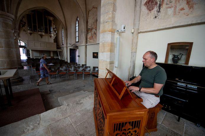 Ook in een nagenoeg lege kerk haalt organist Albert van Eldik alles uit de kast.