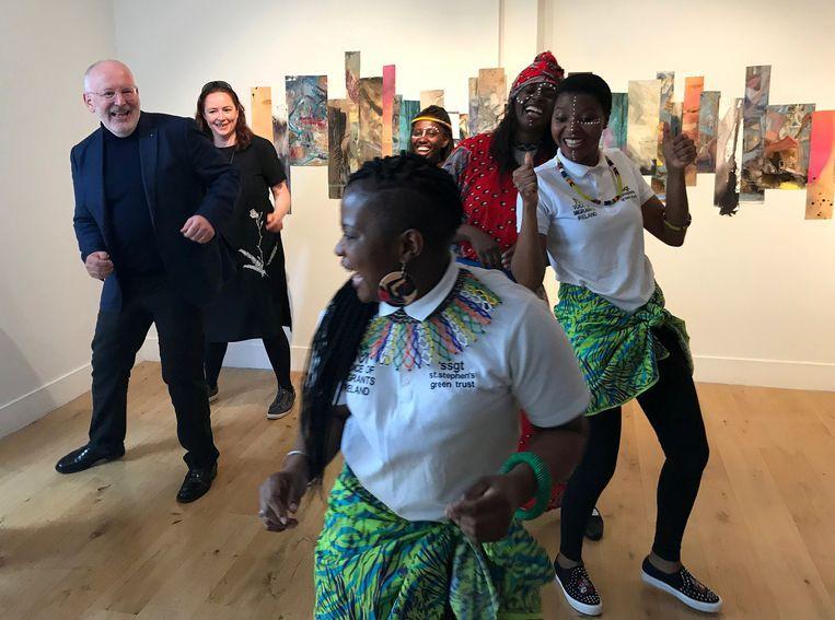 Europese 'Spitzenkandidat' Frans Timmermans (PvdA) danst tijdens de campagne voor de Europese verkiezingen in Ierland.  Beeld Reuters