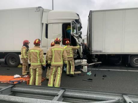 Dodelijk ongeval op A2: vrachtwagenchauffeur aangehouden, weg tot 15.00 uur dicht