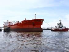 Duizenden liters olie na botsing schip in Botlek verspreid via Waterweg