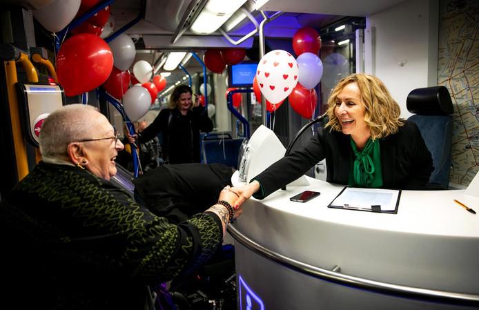 Gastvrouw Angela Groothuizen tijdens een speeddate met Amsterdammers, aan boord van een tram die kris kras door Amsterdam rijdt.