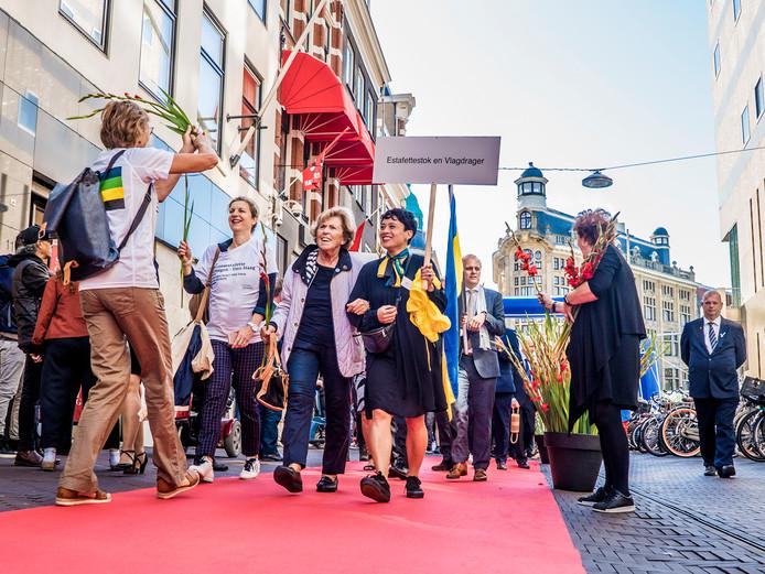 De Lange Poten was gisteren even de Via Gladiola, toen de wandelaars vanuit Nijmegen de stad binnentrokken voor de officiële aftrap van het Prinsjesfestival.