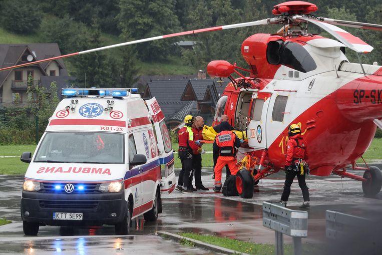 Ondanks de slechte weersomstandigheden rukten reddingshelikopters uit om wandelaars en gewonden in veiligheid te brengen.