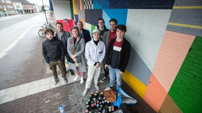 Jonge graffiti-kunstenaar geeft stationsafdak extra kleur