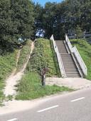 Foto 2: Er is speciaal een trap aangelegd maar velen nemen te voet en te fiets een andere route. Wie herkent dit paadje, ergens in de regio Tilburg?