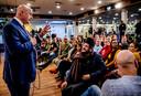 Om de vinger aan de pols van de samenleving te houden, praat Grapperhaus onder meer met ouders van middelbare scholeiren, zoals hier op het Bindelmeercollege in Diemen.