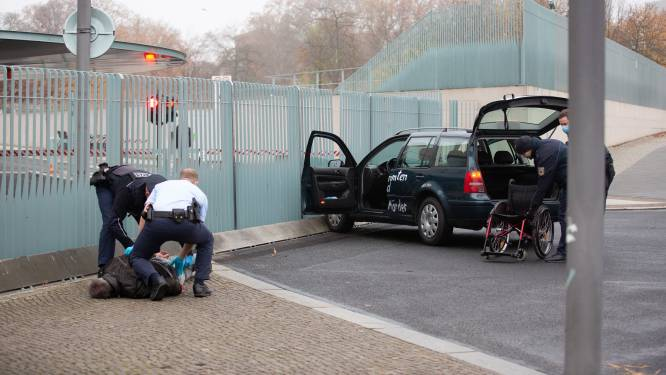 Man die doelbewust tegen hek aan kantoor Angela Merkel reed, vrijgelaten