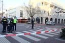 Politie onderzoekt het kruispunt aan de Molenstraat waar vlak daarvoor een schietpartij heeft plaatsgevonden.