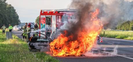 Vlammen verwoesten auto op de A6, inzittenden op tijd eruit