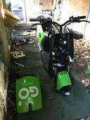 Vernielde Go Sharing-scooters in de Rosmalense wijk Sparrenburg. Afbeelding ter illustratie.