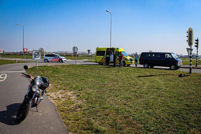 Een scooterrijder is zaterdagmiddag gewond geraakt bij een aanrijding met een bus in Dieren