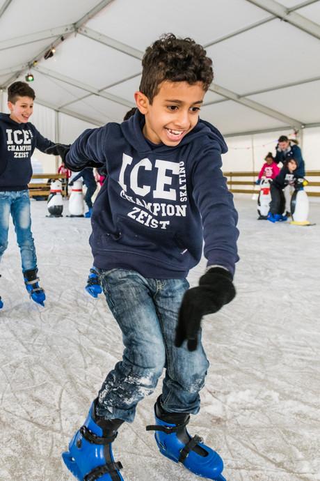 Kinderen van AZC Zeist staan voor het eerst op ijs