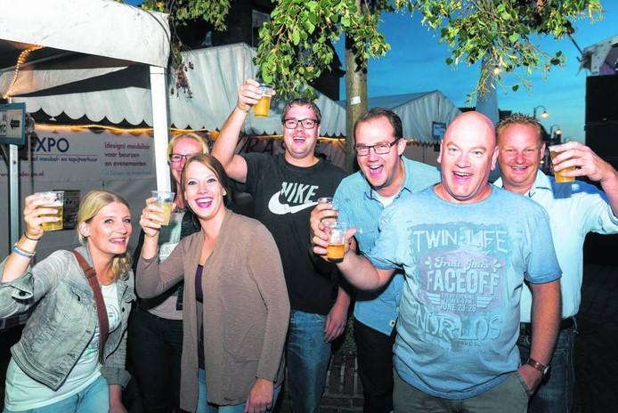 Een deel van het publiek in Dinteloord had al volop lol, nog voordat het havenfestival Muza officieel was begonnen. foto Tonny Presser/Pix4Profs
