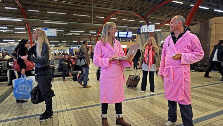 Actie op het station van Utrecht om flexibel te mogen werken: je werkdag begint in je badjas. Beeld Raymond Rutting / de Volkskrant