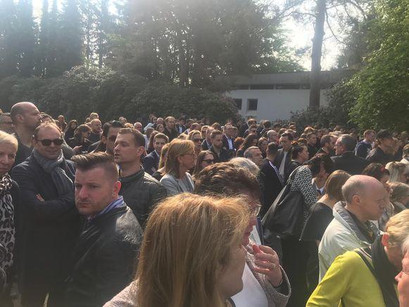 Veel volk op het plein voor de kerk.