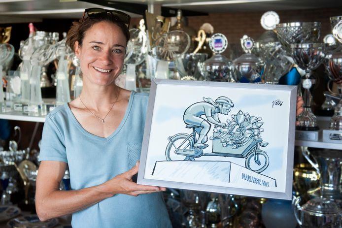 Marianne Vos met een door Tom Janssen gemaakte tekening van Marianne Vos.