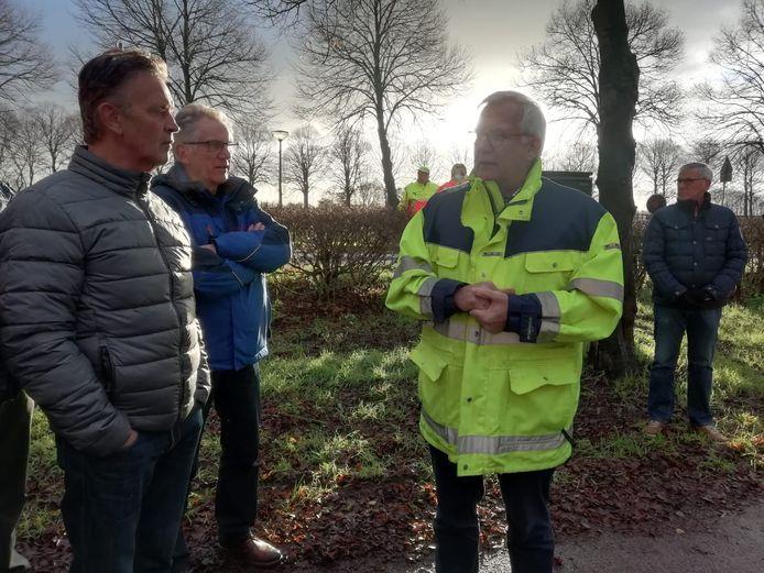 Wethouder Harry van Tilburg (rechts) praat omwonenden bij.