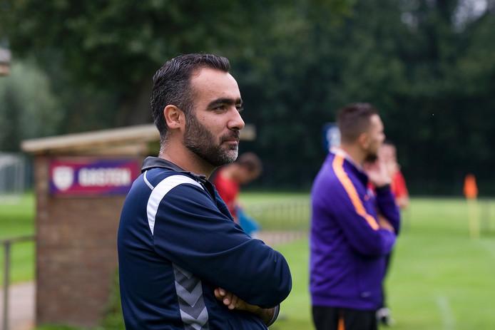 Raşid Güneş bij zijn eerste thuiswedstrijd als hoofdtrainer van Elsweide.