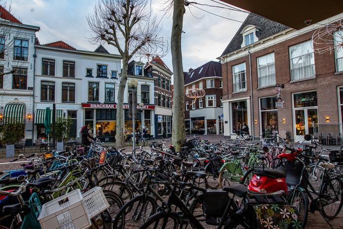 Een van de plekken waar het een chaos is met geparkeerde fietsen in de binnenstad van Deventer.