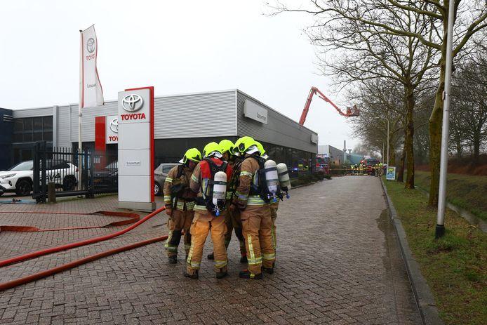 De brandweer is vanmiddag uitgerukt voor een grote brand in de showroom van Louwman Toyota-garagebedrijf aan de Ambachtsstraat in Poortugaal.