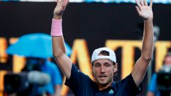Pouille voor het eerst in halve finale op grandslam, Djokovic blijft op koers voor zevende titel na opgave Nishikori