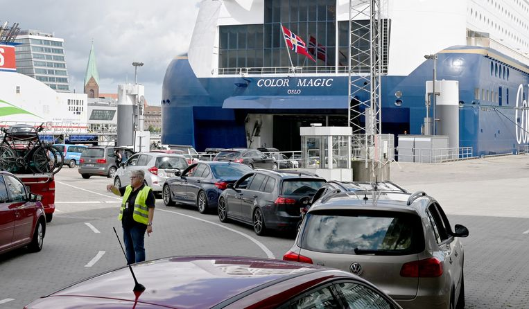 Passagiers gaan aan boord van de veetboot naar Noorwegen nu de reisrestricties vanuit Duitsland zijn opgeheven.  Beeld DPA