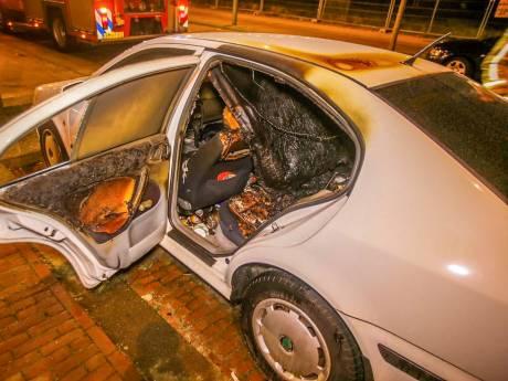 Auto brandt uit op parkeerplaats in Helmond, brandweer kan oorzaak niet achterhalen
