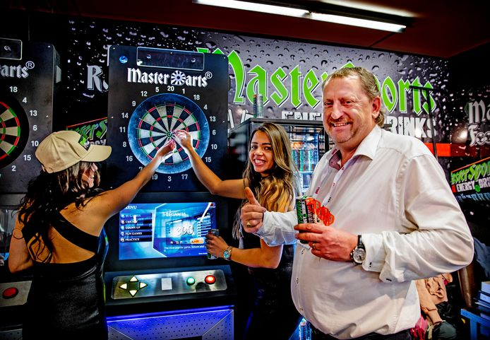 Frank van Creij bij de dartskast die automatisch de puntentelling bijhoudt.