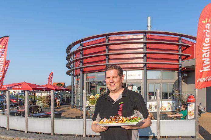 Eigenaar Johan Sandee van fastfood restaurant Kwalitaria in Kamperland.