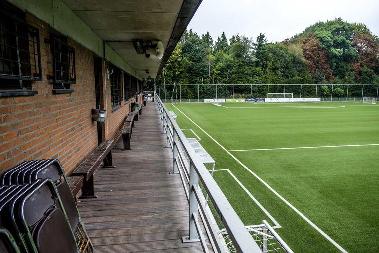 De velden in het stadion Vic Coveliers liggen er verlaten bij.