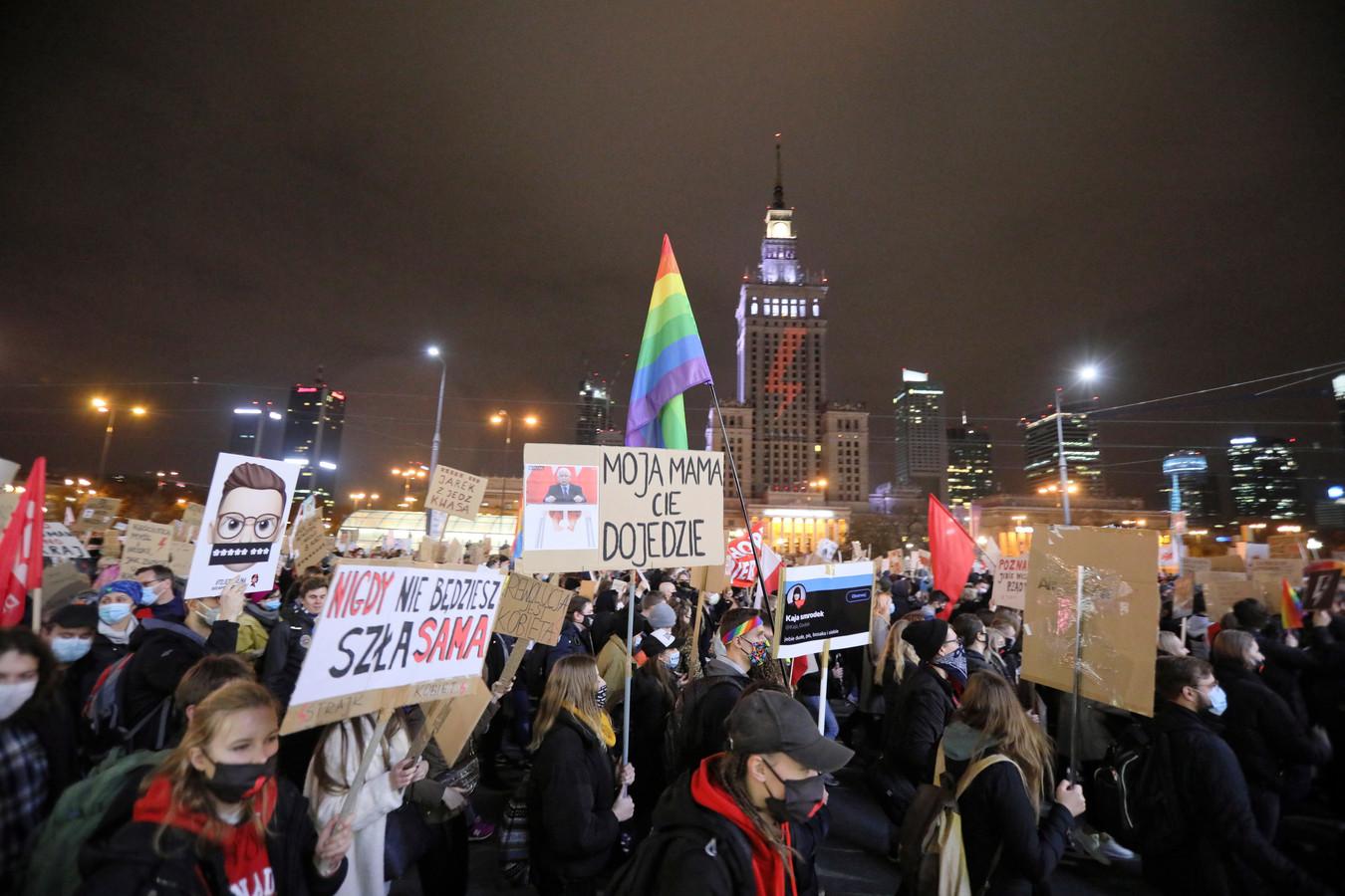 Demonstranten liepen met borden met daarop teksten als 'Ik wil veilig bevallen, niet voor een idee' en 'Mijn lichaam is mijn keuze'.