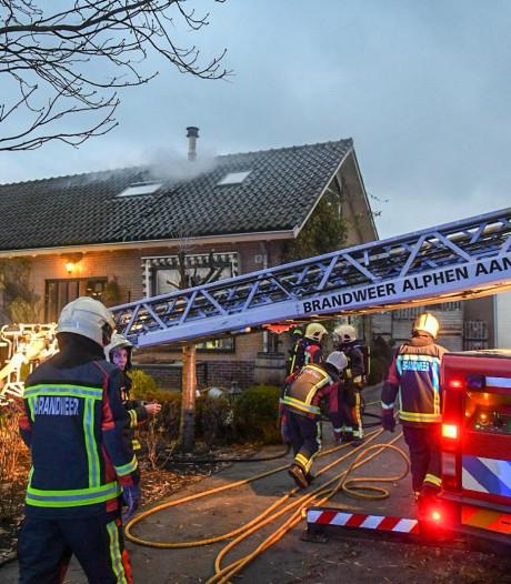 Flinke brand in schoorsteen van woning in Aarlanderveen