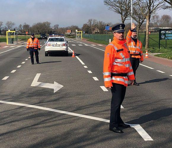 De politie Westkust (De Panne, Koksijde, Nieuwpoort) houdt controles aan de invalswegen. Wie geen reden heeft om daar te zijn, wordt teruggestuurd.