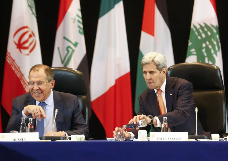 De Russische minister van Buitenlandse Zaken Sergei Lavrov (links) en zijn Amerikaanse collega John Kerry. Beeld afp