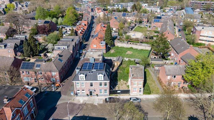 De Langenholterweg loopt in het beeld als een lint naar boven. In het midden het vervuilde, braakliggende terrein met daarachter de uitgebrande school. Op de voorgrond het pand van Prins Bouw (rechts) en Lindeboom (links). De door Zwolle recent aangekochte woning bevindt zich op het midden van de foto, links van het braakliggende gebied.