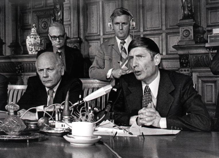 Premier Joop den Uyl en minister van Justitie Dries van Agt tijdens een persconferentie na beëindiging van de gijzelingsacties in de trein en de school, 11 juli 1977. Beeld null