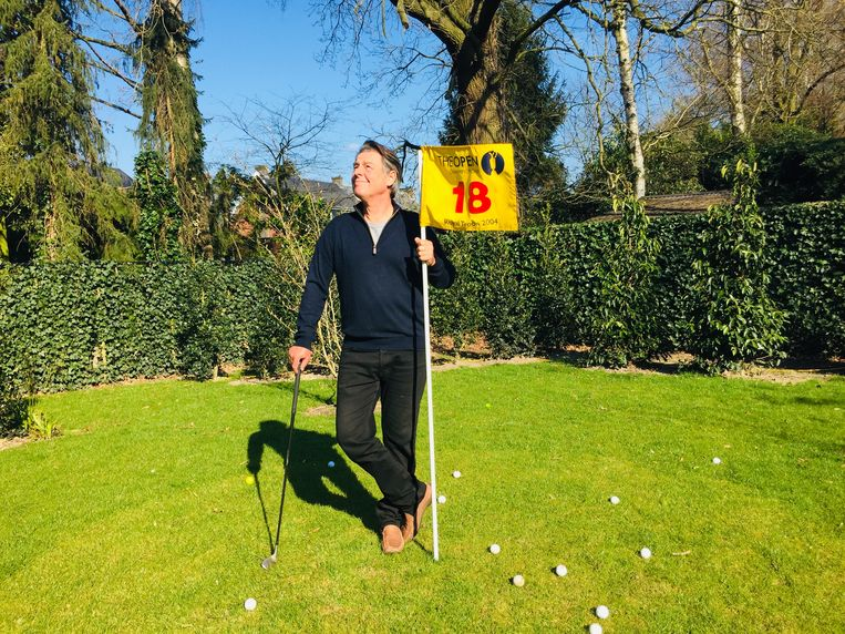 Guillaume Van der Stighelen geniet in de tuin van de zon en slaat een balletje. Vrouw Kris maakte de foto.