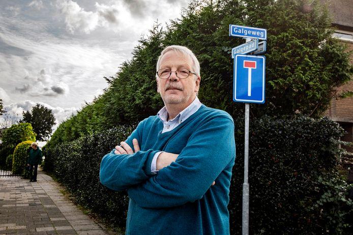 Jan Buskes bij het Galgepad hoek Galgeweg. Aan het doodlopende (!) weggetje stond vroeger een galg en rad.  Het laantje wat naar achteren loopt, langs de heg, heette vroeger de Galgedijk.