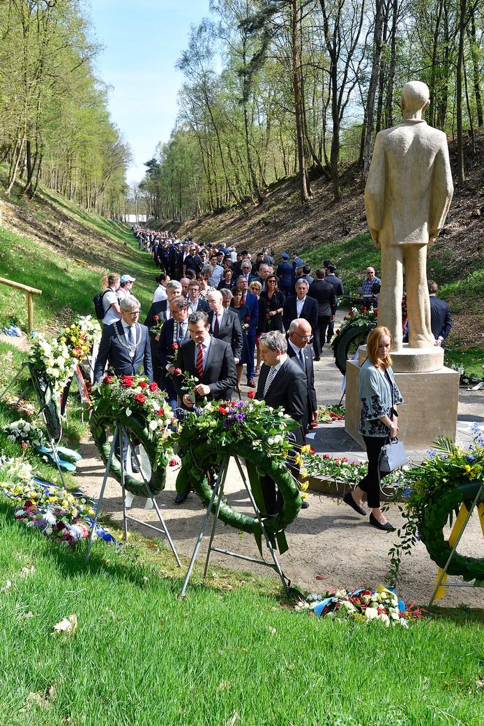 De belangstelling voor de jaarlijkse herdenking in Kamp Amersfoort blijft groeien. Daar waren vandaag circa 1000 mensen aanwezig, die in defilé naar monument De Stenen Man liepen.