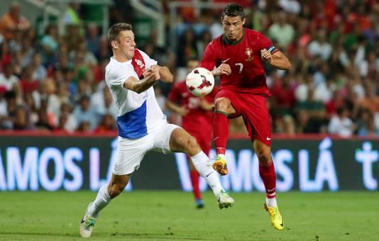 Stefan de Vrij namens Nederland in actie tegen Cristiano Ronaldo van Portugal.