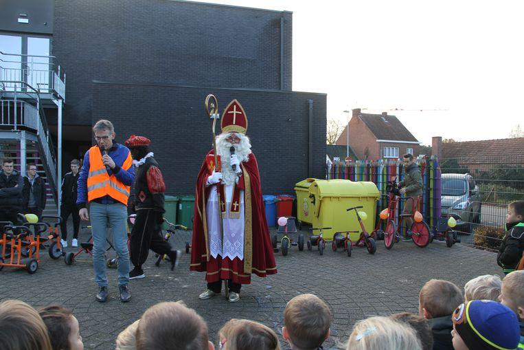 De Sint kwam de gerepareerde fietsjes naar de school brengen