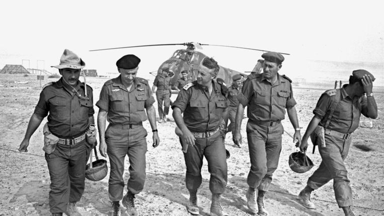 De Israëlische generaal - en later minister-president - Arik Sjaron (M) samen met ander militair personeel op een legerbasis in de Negev woestijn. Foto uit 1967. Beeld epa