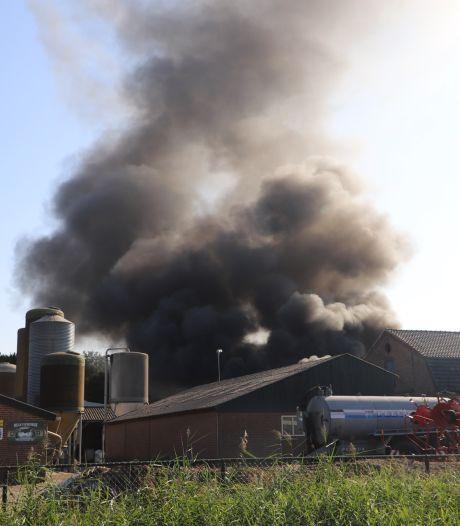 Landbouwvoertuig in brand op boerderij in Boxtel, vlammen slaan over naar schuur