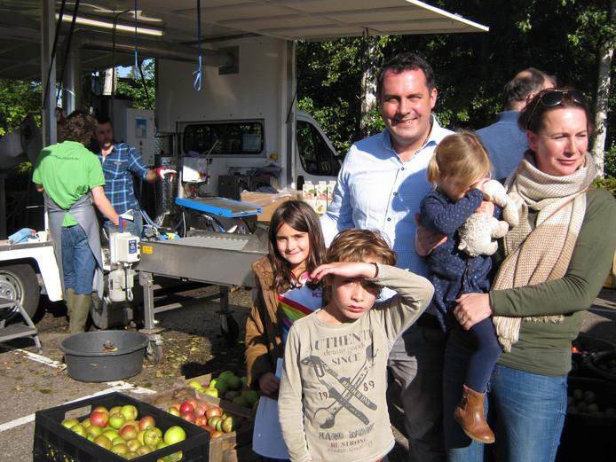 De familie Zuijdgeest uit Weert laat hun appels persen door de mobiele appelpers bij Natuurtuin 't Loo Bergeijk.