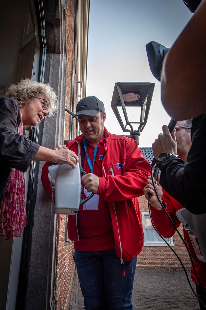 Frans Bauer, int samen met dj's Frank van 't Hof en Wouter van der Goes  de laatste collecte  van Radio 2 in centrum Roosendaal bij het Tongerlohuys. Foto: Tonny Presser/Pix4Profs