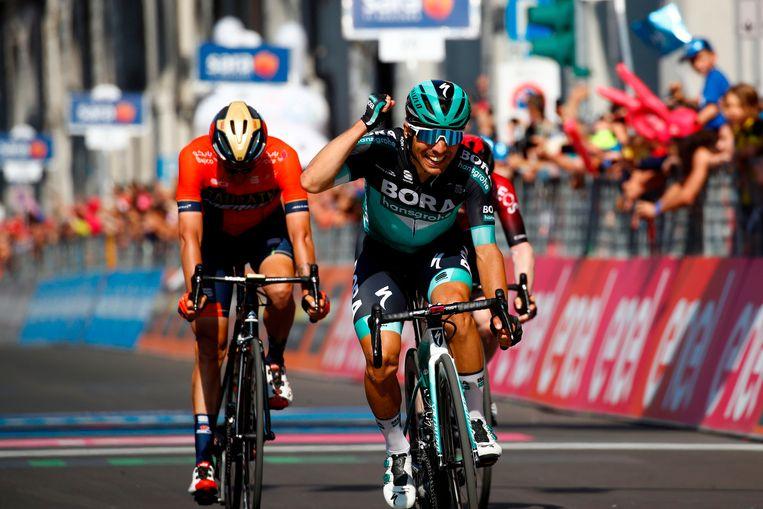 Césare Benedetti klopt Damiano Caruso in de sprint.