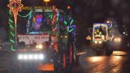 Kerstoptocht met feestelijk verlichte tractoren