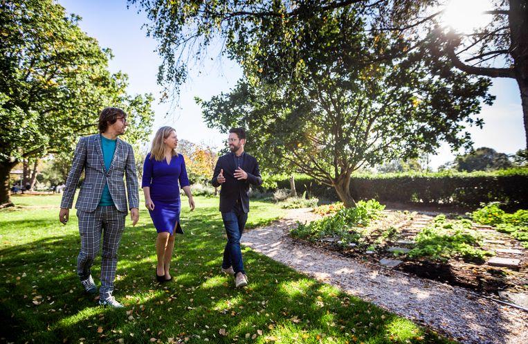 Minister Carola Schouten van Landbouw, Natuur en Voedselkwaliteit (ChristenUnie) in gesprek met Hidde Boersma (l) en Joris Lohman (r). Beeld Freek van den Bergh