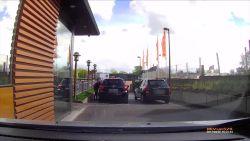 Hallucinante beelden: onbekende geeft wachtende klant pak rammel aan McDonald's
